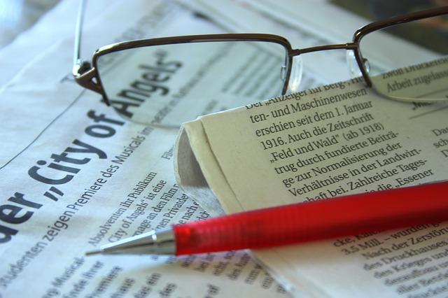 Brille, Stift, Zeitung